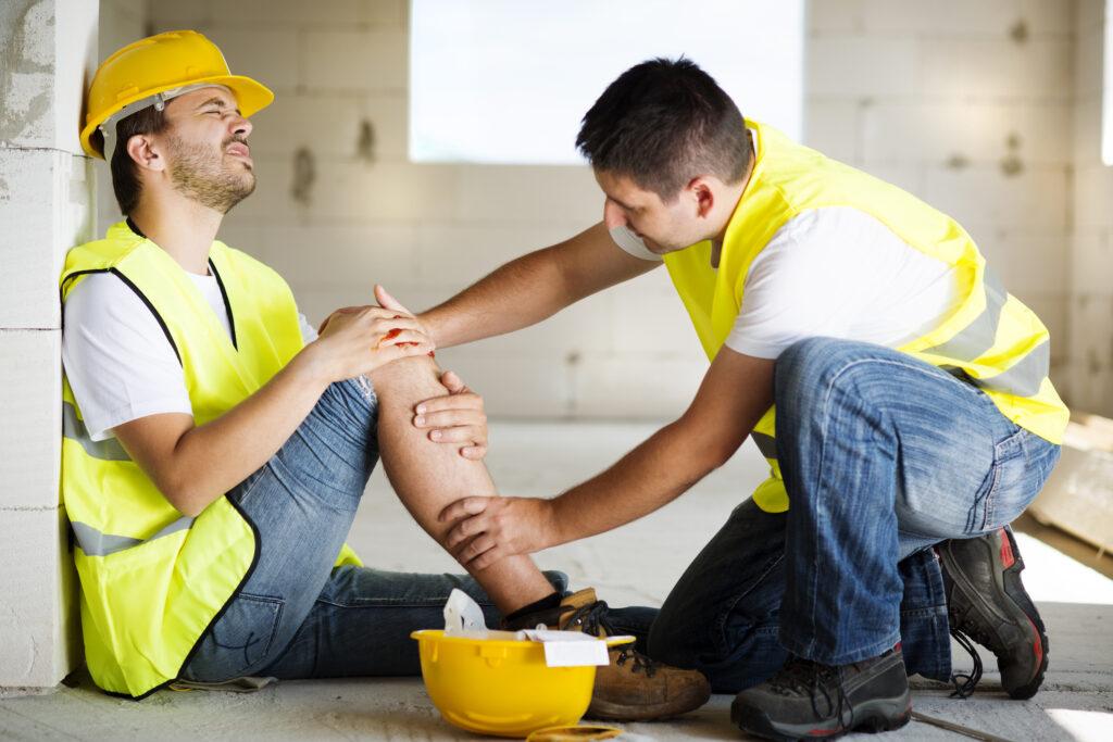 ouvrier blessé sur un chantier, aidé par son collègue
