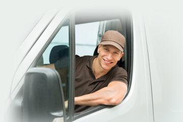 homme au volant d'une véhicule utilitaire