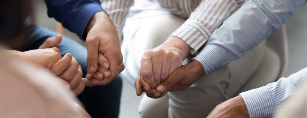 membres d'un groupe de soutien qui se tiennent par les mains